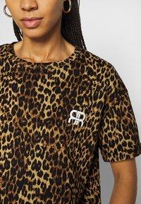 River Island - Print T-shirt - brown/black - 5