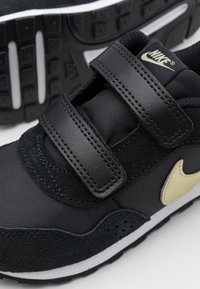 Nike Sportswear - VALIANT - Sneakers laag - black/metallic gold star/white - 5