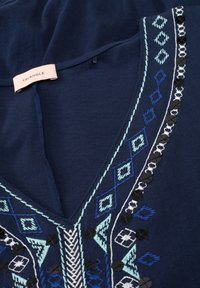Triangle - T-SHIRT MIT ETHNO-STITCHING - Top - navy embroidery - 2