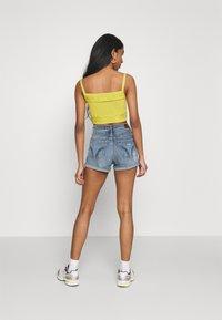Hollister Co. - PAINTED DAISY - Shorts di jeans - blue denim - 2