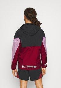 Nike Performance - WINDRUNNER BLUE RIBBON SPORTS - Hardloopjack - black/team red/violet dust/reflective silver - 2