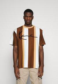 Karl Kani - SIGNATURE STRIPE TEE - Print T-shirt - beige - 0