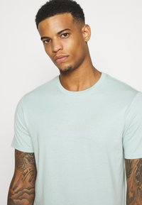 Levi's® - HOUSEMARK GRAPHIC TEE UNISEX - T-shirt con stampa - greys - 3