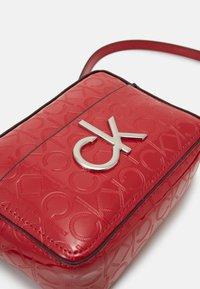 Calvin Klein - RE LOCK CAMERA BAG - Olkalaukku - red - 4