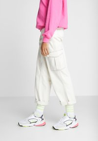 adidas Originals - FALCON 2000 - Sneakersy niskie - solar yellow/raw white - 0