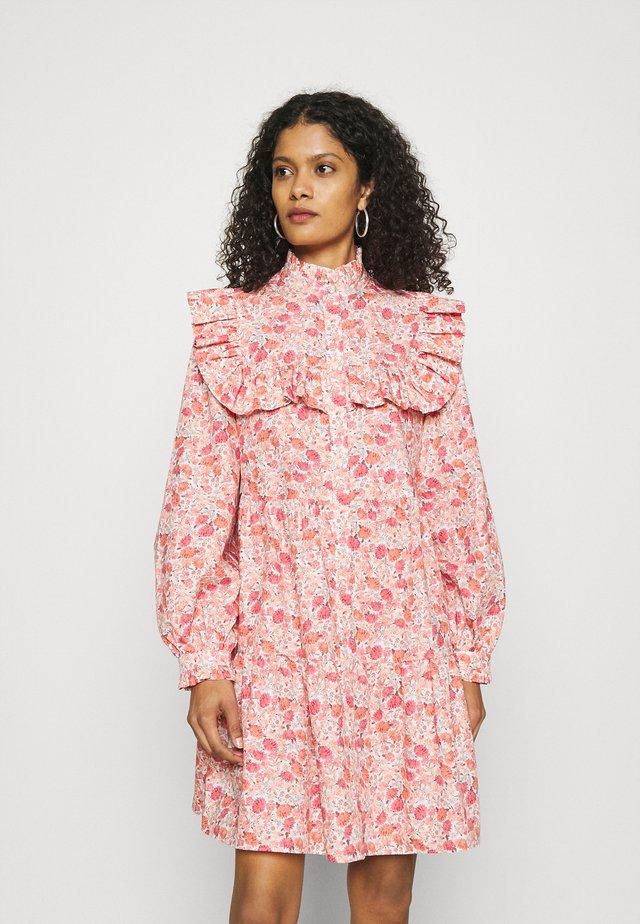 DEBBIE - Korte jurk - pink