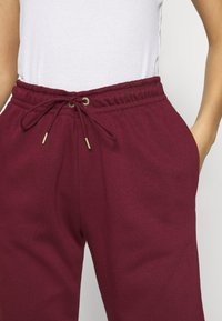 Nike Sportswear - PANT - Pantalon de survêtement - dark beetroot/metallic gold - 5