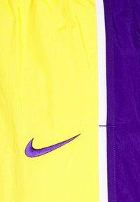 Nike Performance - NBA LA LAKERS SHORT - Squadra - amarillo/field purple/white - 6