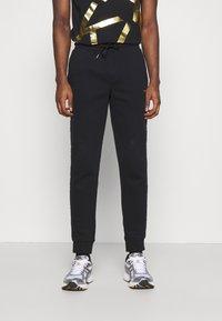 Calvin Klein - LOGO - Träningsbyxor - black - 0