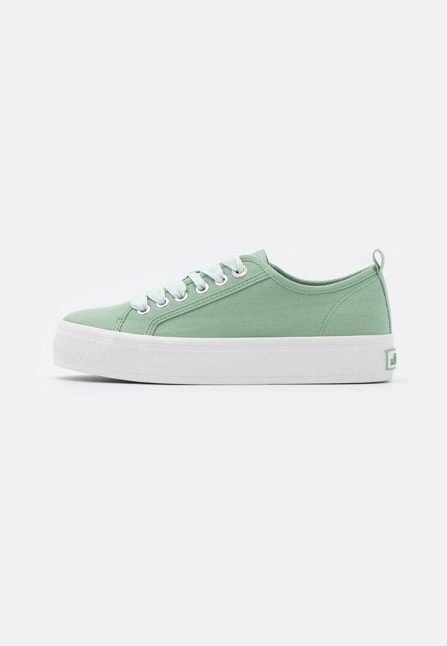 Sneakers - pale green