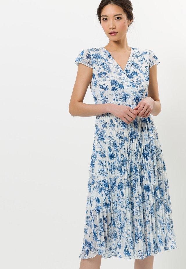 MIT BLUMENDRUCK - Korte jurk - fresh blue
