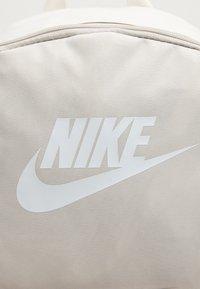 Nike Sportswear - HERITAGE UNISEX - Mochila - light orewood/light orewood/white - 3