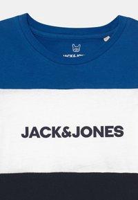 Jack & Jones Junior - JJELOGO BLOCKING TEE - Print T-shirt - classic blue - 2