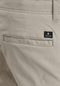 Jack & Jones - MARCO JOE AKM - Cargo trousers - crockery - 2