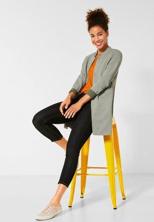 MIT PIQUÉ - Short coat - grün
