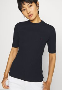Tommy Hilfiger - CHARLIE SLIM HIGH - Basic T-shirt - desert sky - 4