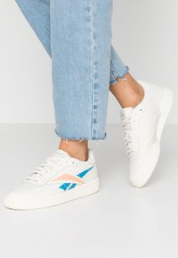 Reebok Classic - CLUB C 85 LIGHT LEATHER UPPER SHOES - Trainers - chalk/cyan/sunglow