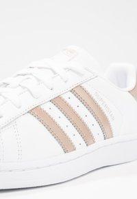 adidas Originals - SUPERSTAR - Sneakers laag - footwear white/cyber metallic - 5