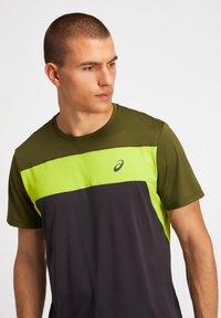 ASICS - Print T-shirt - graphite grey/smog green - 4