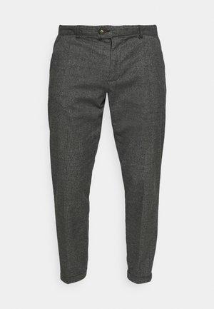 ERCAN CROPPED PANTS - Pantalones chinos - black grey