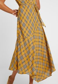 Vince Camuto - HIGHLAND PLAID BELTED DRESS - Hverdagskjoler - honey pot - 6