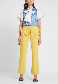 Sister Jane - CITRUS PATCH POCKET TROUSERS - Trousers - yellow - 0
