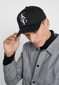 Calvin Klein Jeans - J MIRROR CK CAP WITH FLOCKING - Casquette - black - 1