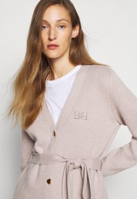 Bally - BELTED CARDIGAN - Kardigan - caillou - 2