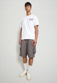 Napapijri - S-ALHOA - T-shirt med print - white graph n - 1