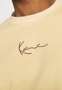 Karl Kani - SMALL SIGNATURE TEE UNISEX - Print T-shirt - sand - 4