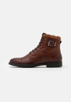 JAYLON - Šněrovací kotníkové boty - dark cognac