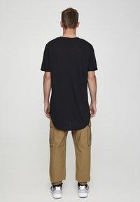 PULL&BEAR - MIT LANGER PASSFORM - T-shirts basic - black - 2