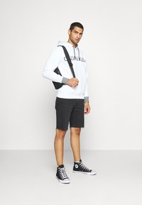 Calvin Klein - LOGO PRINT HOODIE - Felpa con cappuccio - white - 1