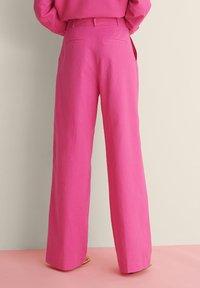 NA-KD - SUIT PANTS - Broek - pink - 2