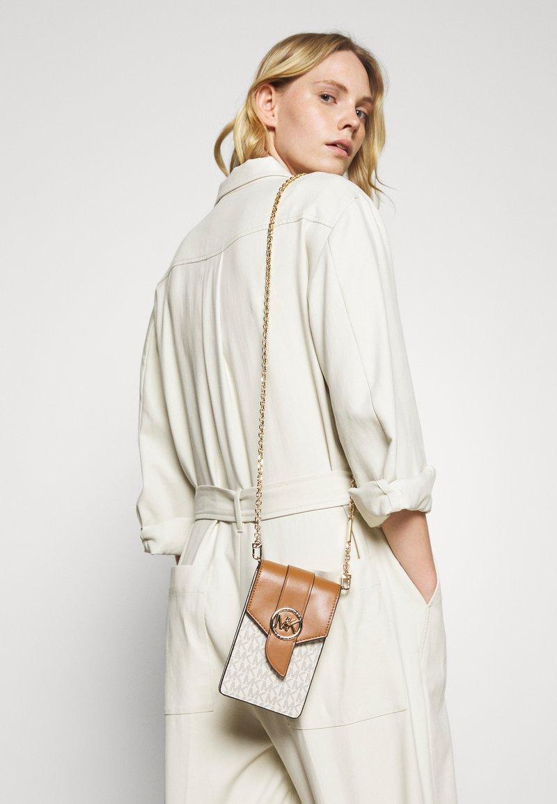 MICHAEL Michael Kors - CHARM PHONE XBODY - Across body bag - vanilla/acorn