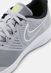 Nike Performance - STAR RUNNER 2 UNISEX - Laufschuh Neutral - wolf grey/white/black/volt - 5