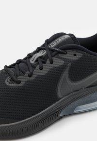 Nike Performance - AIR ZOOM ARCADIA GS UNISEX - Neutrální běžecké boty - black/dark smoke grey - 5