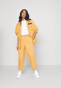 Nike Sportswear - Pantalon classique - bucktan - 1