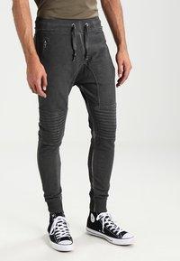 Tigha - TREVOR ZIP - Pantalones deportivos - vintage grey - 0