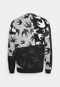 McQ Alexander McQueen - SEAMED TEE CUT UP - Sweatshirt - black/grey - 1