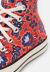 Converse - CHUCK 70 UNISEX - Sneakers hoog - habanero red/egret/rush blue - 5