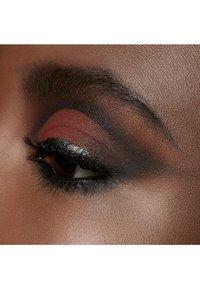 MAC - POWDER KISS EYESHADOW SMALL EYESHADOW - Eye shadow - devoted to chili - 6
