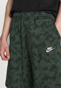 Nike Sportswear - CLUB CAMO - Shorts - galactic jade/white - 3
