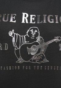 True Religion - CREW RELAX CLASSIC LOGO - Triko spotiskem - black - 4