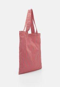 Mads Nørgaard - SOFT ATOMA - Shoppingveske - red/white - 2