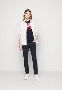 Michael Kors - BLOCK LOGO TEE - Print T-shirt - dark midnight - 1