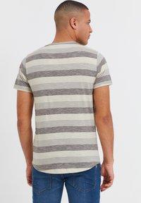 Solid - RUNDHALSSHIRT THICCO - Print T-shirt - monument - 2
