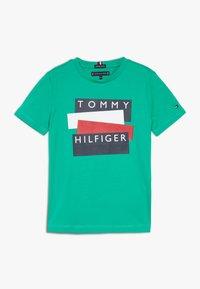 Tommy Hilfiger - STICKER TEE  - Camiseta estampada - green - 0