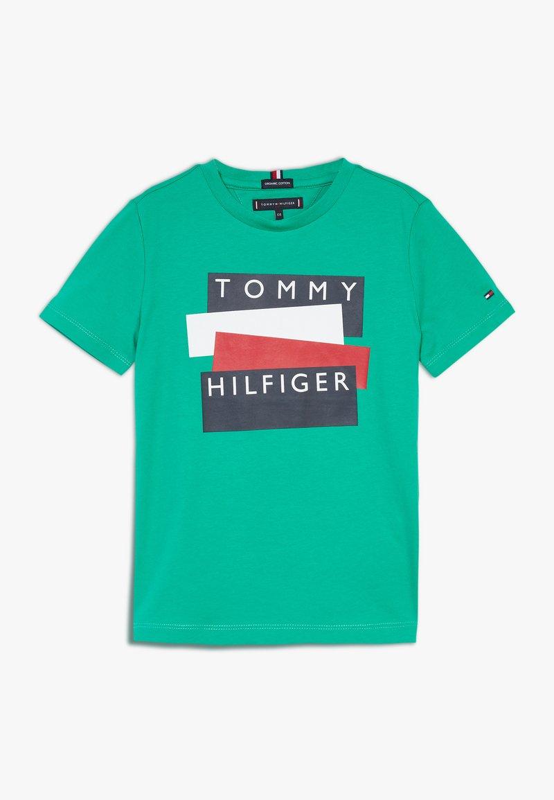 Tommy Hilfiger - STICKER TEE  - Camiseta estampada - green