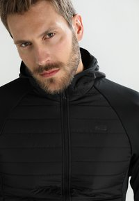 Jack & Jones - JCOMULTI QUILTED JACKET - Outdoorjacke - black - 4